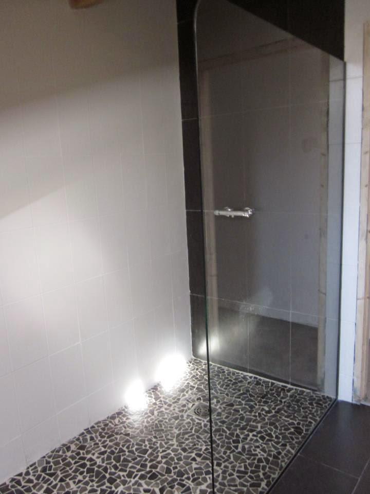 paroi de douche en verre feuillet forme arrondi joints polis abm miroiterie vitrerie. Black Bedroom Furniture Sets. Home Design Ideas